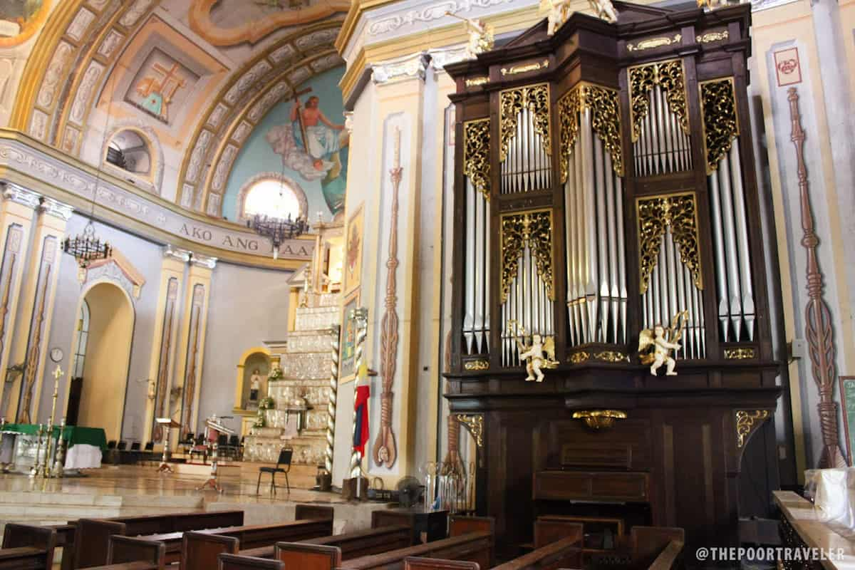 An organ at the transept