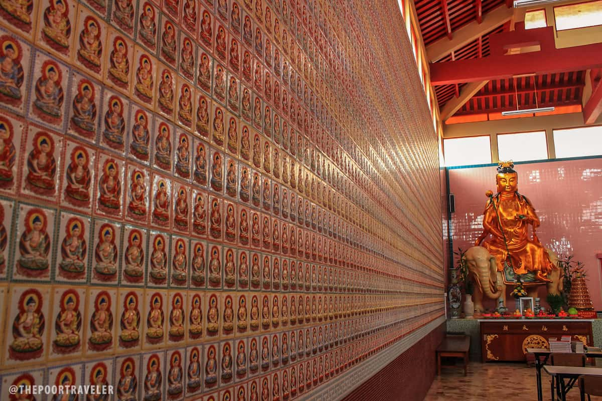 Images of Buddha on the inside walls of Sam Poh Temple
