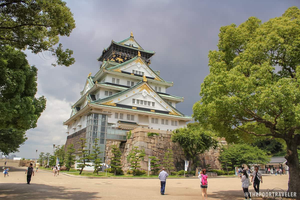 The imposing Osaka Castle (Osakajo)