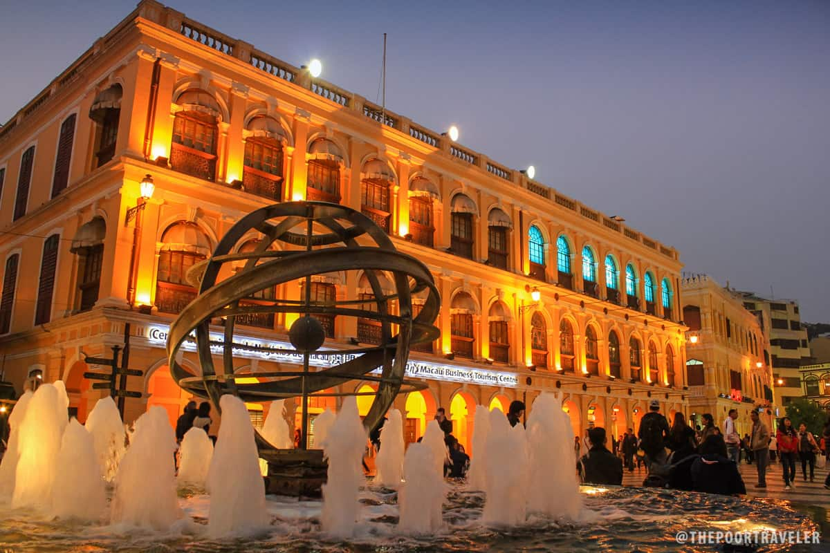 The fountain at the center of Senado Square