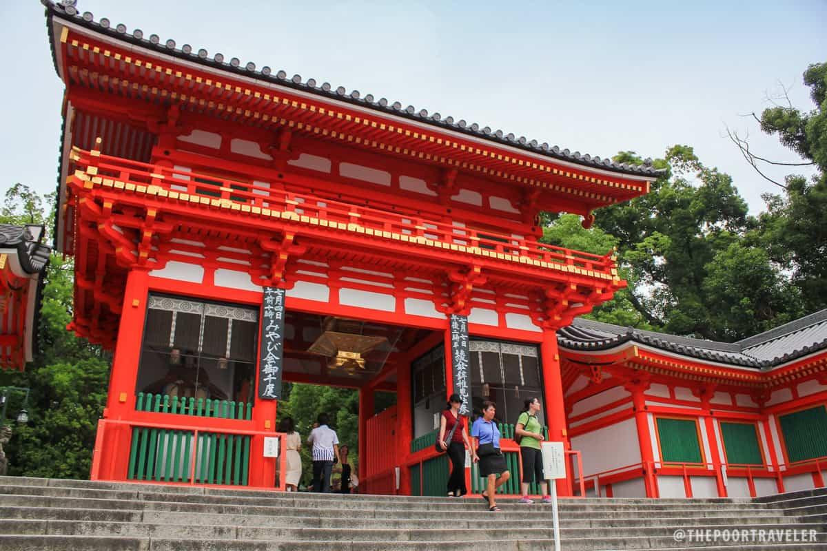 The gate to the Yasaka Shrine
