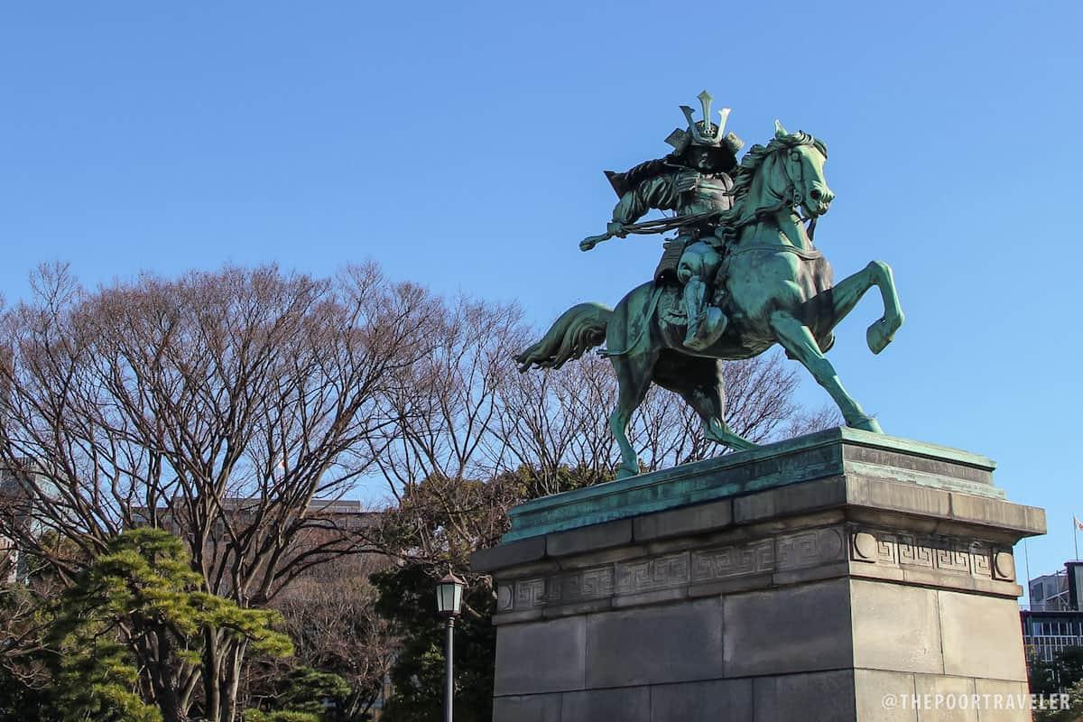 A statue immortalizing Kusunoki-Masashige, a 4th-century samurai who fought for Emperor Go-Daigo.