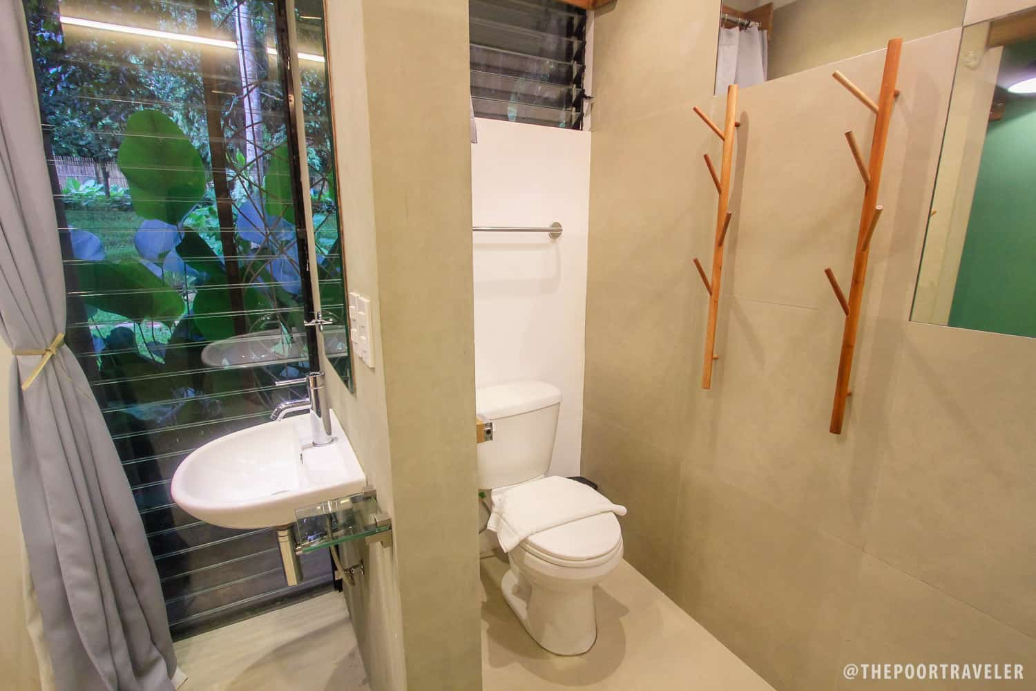 Ensuite bathroom in a single private room.