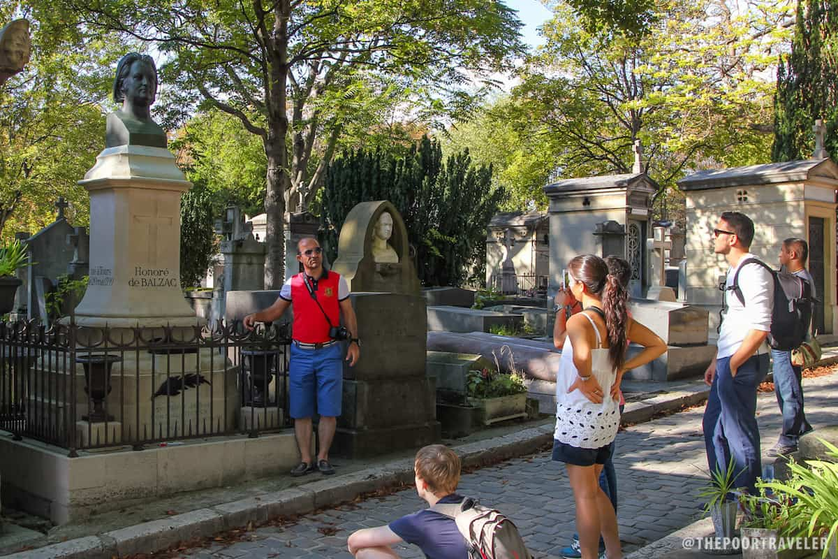 Visitors taking photos with the grave of Balzac